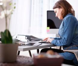 Vrouw berekent belastingvoordeel aan bureau